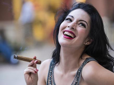每年世界上有成千上万的人死于吸烟引起的疾病